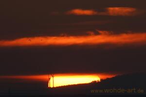 Sonnenuntergang mit Windkrafträder